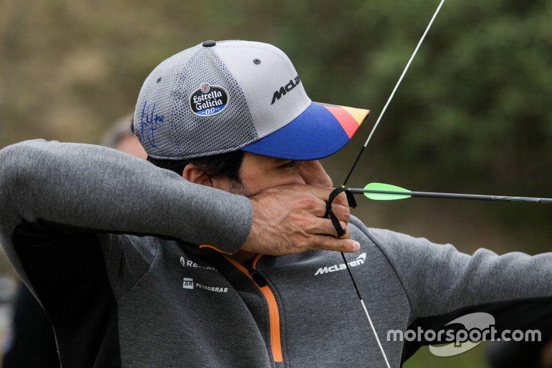 Carlos Sainz Jr., McLaren haciendo tiro con arco