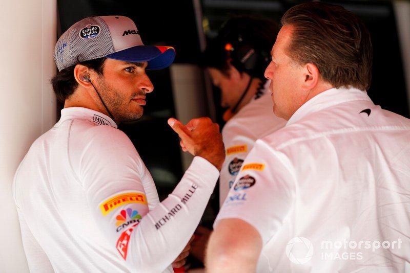 Carlos Sainz Jr., McLaren, con Zak Brown, Director Ejecutivo de McLaren