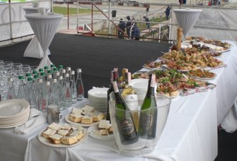... як і столи з наїдками і напоями в VIP-зоні