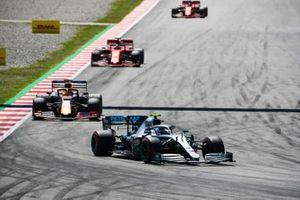 Valtteri Bottas, Mercedes AMG W10, voor Max Verstappen, Red Bull Racing RB15, en Sebastian Vettel, Ferrari SF90