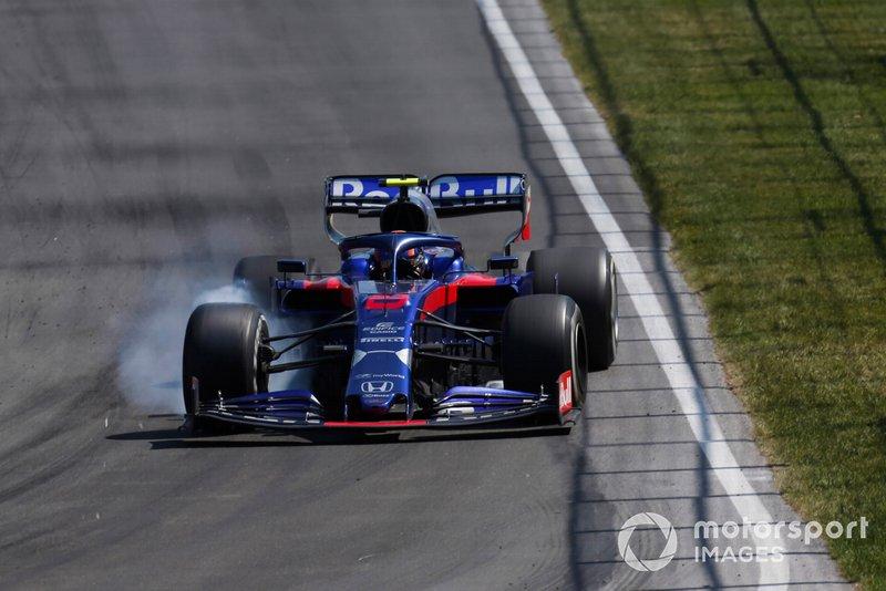 Alexander Albon, Toro Rosso STR14, locks up
