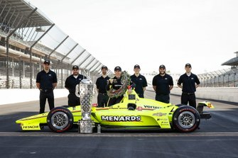 Winner Simon Pagenaud, Team Penske Chevrolet with Chevrolet engineers
