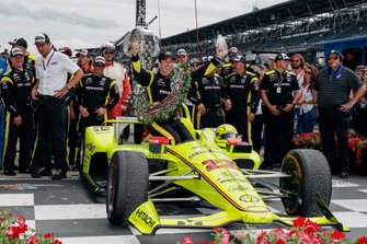 Simon Pagenaud, Team Penske Chevrolet fête sa victoire sur la Victory Lane avec son équipe
