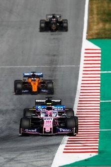 Lance Stroll, Racing Point RP19, devant Daniel Ricciardo, Renault F1 Team R.S.19, et Carlos Sainz Jr., McLaren MCL34