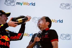 Max Verstappen, Red Bull Racing, vainqueur, asperge Toyoharu Tanabe, directeur technique F1, Honda
