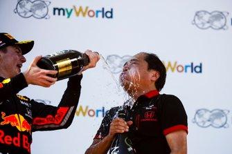 Max Verstappen, Red Bull Racing, 1e plaats, met Toyoharu Tanabe, F1 technisch directeur Honda
