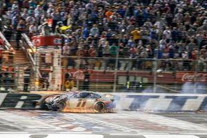 Denny Hamlin, Joe Gibbs Racing, Toyota Camry FedEx Ground checkered flag