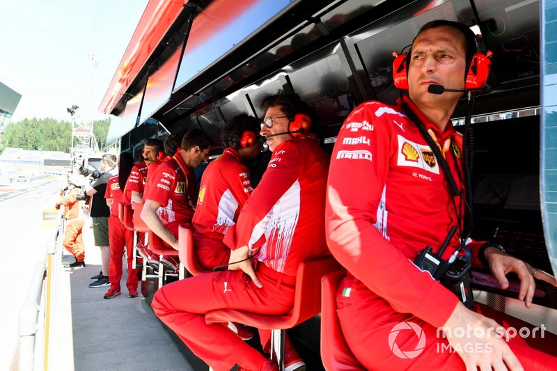 The Ferrari team sul pit wall