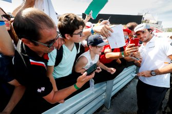 Carlos Sainz Jr., McLaren takes a selfie with a fan