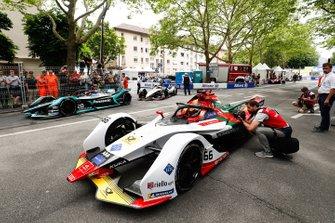 Daniel Abt, Audi Sport ABT Schaeffler, Audi e-tron FE05, Mitch Evans, Panasonic Jaguar Racing, Jaguar I-Type 3 attendent dans la voie des stands