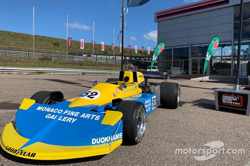 Coches clásicos de Fórmula 1 delante de la sala de conferencias de prensa