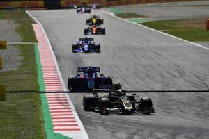 Kevin Magnussen, Haas F1 Team VF-19, leads Daniil Kvyat, Toro Rosso STR14, and Alexander Albon, Toro Rosso STR14