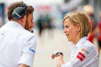 Susie Wolff, Team Principal, Venturi Formula E, parla con un membro del team