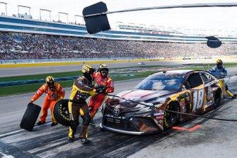 Kyle Busch, Joe Gibbs Racing, Toyota Camry M&M's Chocolate Bar, makes a pit stop