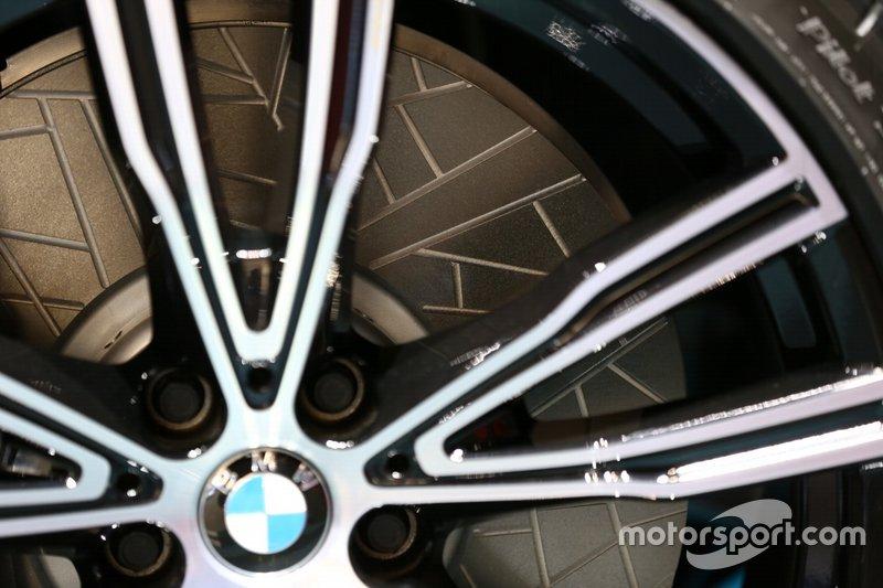 Dettaglio disco baffato della BMW 850i Night Sky presentata a Ginevra