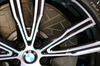 Dettaglio della pinza della BMW 850i Night Sky