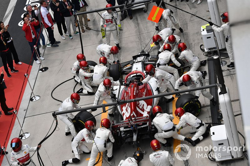 The Sauber pit crew practice with the car of Kimi Raikkonen, Alfa Romeo Racing C38
