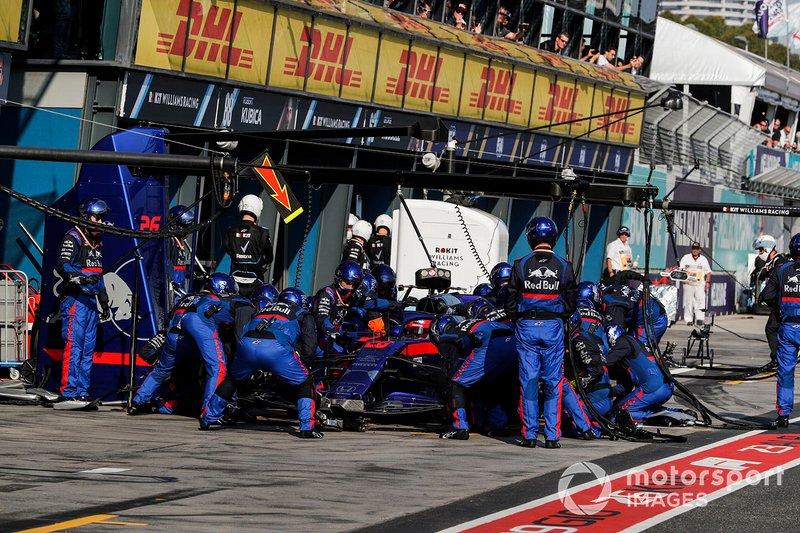 Даниил Квят, Toro Rosso STR14, на пит-стопе