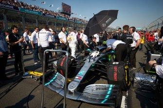 Les mécaniciens avec la voiture de Lewis Hamilton, Mercedes AMG F1 W10, sur la grille