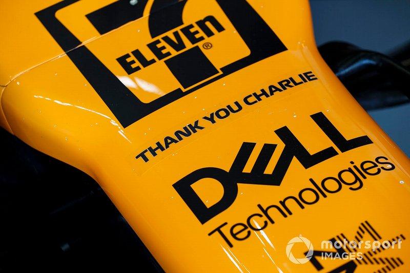Tributo a Charlie Whiting, direttore di gara, FIA, sul musetto della McLaren