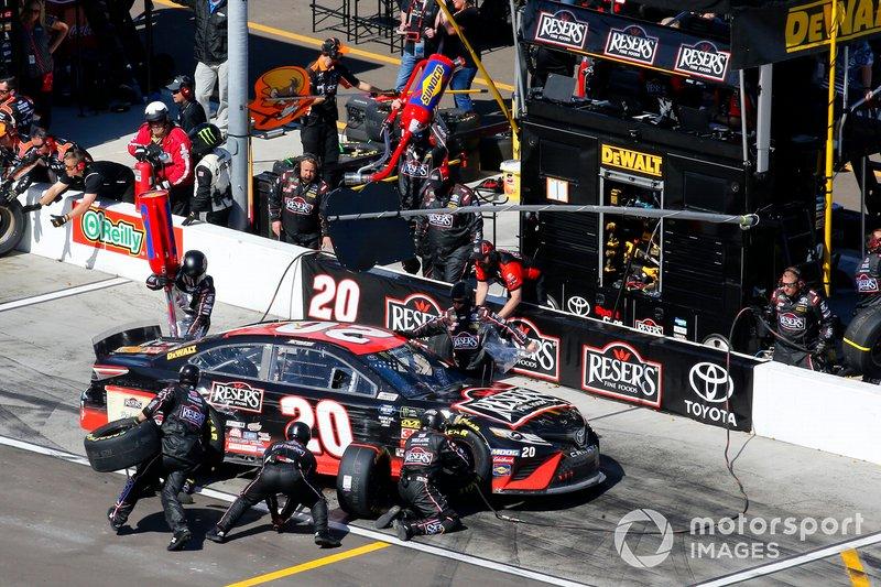 Erik Jones, Joe Gibbs Racing, Toyota Camry Reser's Fine Foods pit stop
