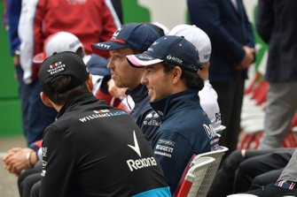 Robert Kubica, Williams Racing, and Sergio Perez, Racing Point, talk