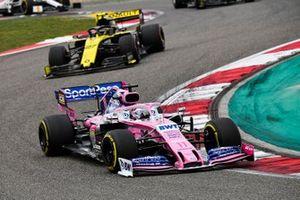 Sergio Perez, Racing Point RP19, devance Nico Hulkenberg, Renault F1 Team R.S. 19