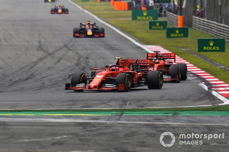Charles Leclerc, Ferrari SF90, precede Sebastian Vettel, Ferrari SF90, e Max Verstappen, Red Bull Racing RB15