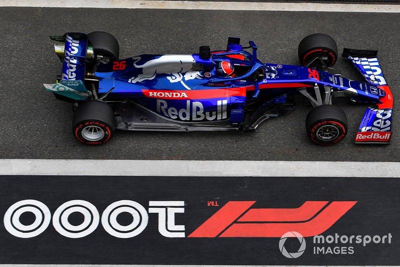 Imprudência de Kvyat: o russo atingiu os pilotos da McLaren na primeira volta e foi punido com drive through