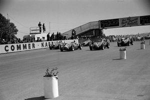 Старт гонки: Луиджи Фаджоли, Джузеппе Фарина, Хуан Мануэль Фанхио, Alfa Romeo 158 Alfetta, и Принц Бира, Maserati 4CLT-48