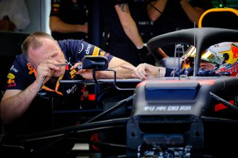 Un membro del team Red Bull Racing team al avoro sullo specchietto della monoposto di Max Verstappen, Red Bull Racing RB15