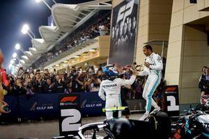 Lewis Hamilton, Mercedes AMG F1, vainqueur, et Valtteri Bottas, Mercedes AMG F1, deuxième, dans le Parc Fermé