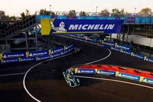 Mitch Evans, Panasonic Jaguar Racing, Jaguar I-Type 3 leads Sam Bird, Envision Virgin Racing, Audi e-tron FE05