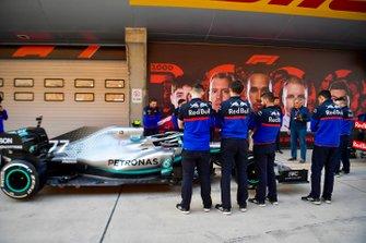 Toro Rosso mechanics and Giorgio Piola examine a Mercedes AMG F1 W10