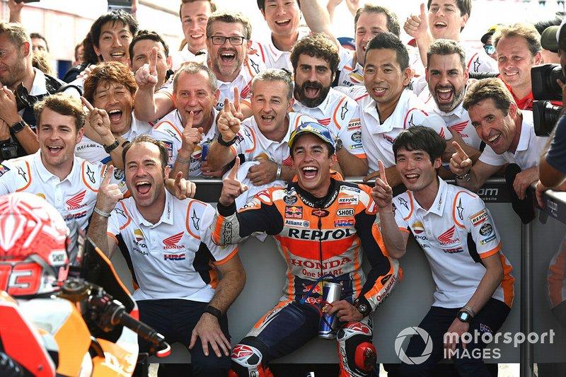 Переможець гонки Марк Маркес, Repsol Honda Team, у закритому парку