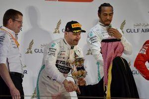 Valtteri Bottas, Mercedes AMG F1, deuxième, reçoit son trophée