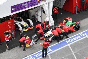 Lucas Di Grassi, Audi Sport ABT Schaeffler, Audi e-tron FE05, returns to the pits