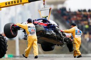 Les commissaires enlevant la voiture endommagée d'Alexander Albon, Toro Rosso STR14, après sa chute en fin des EL3