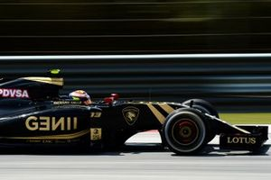 Pastor Maldonado, Lotus E23 with glowing brake disc