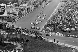Départ : Jochen Rindt, Lotus 49C, devant Chris Amon et Jackie Stewart, March 701's, jacky Ickx Ferrari, Jack Brabham, Brabham BT33