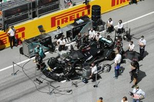 Mercedes engineers and mechanics take the knee on the grid