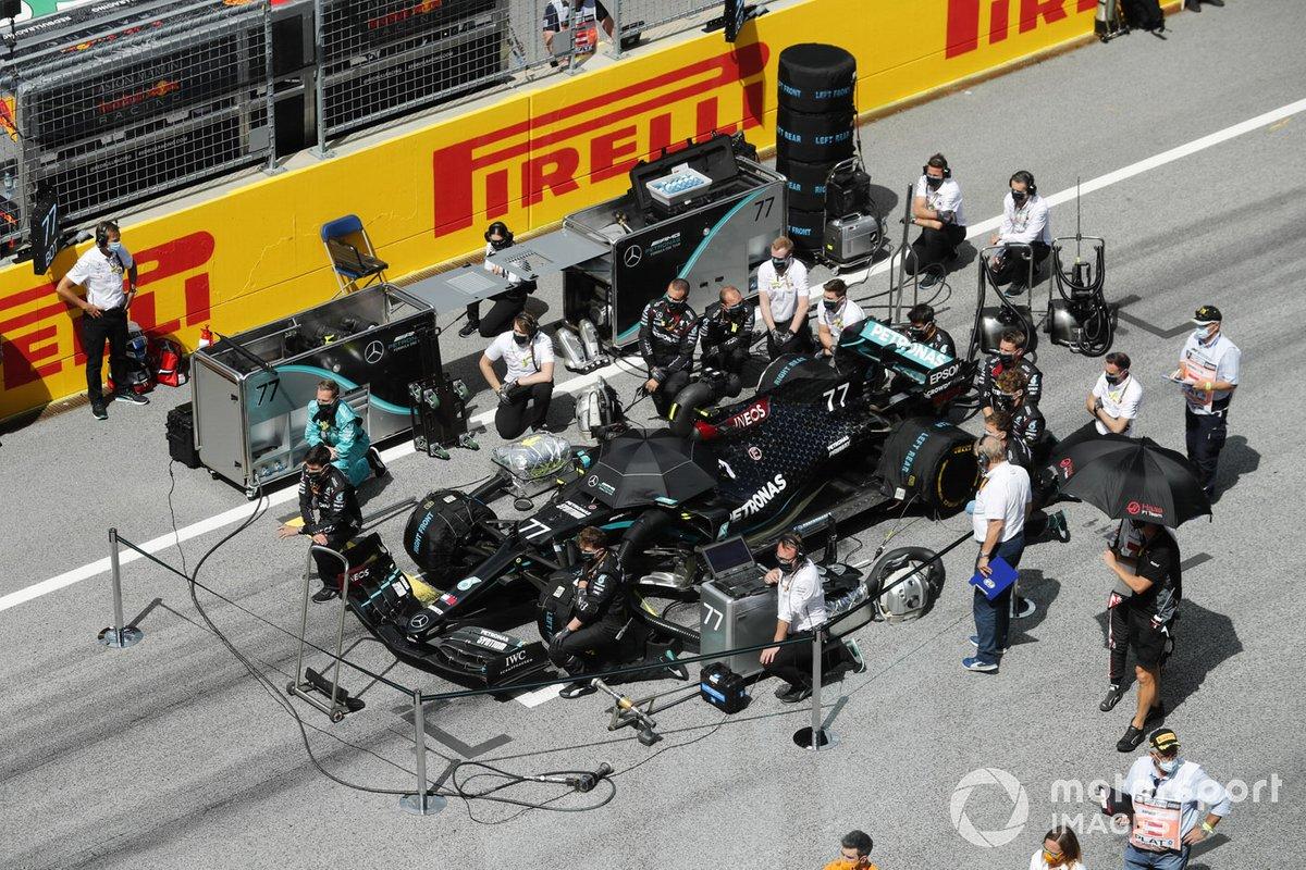 Los ingenieros y mecánicos de Mercedes se ponen de rodillas en la parrilla