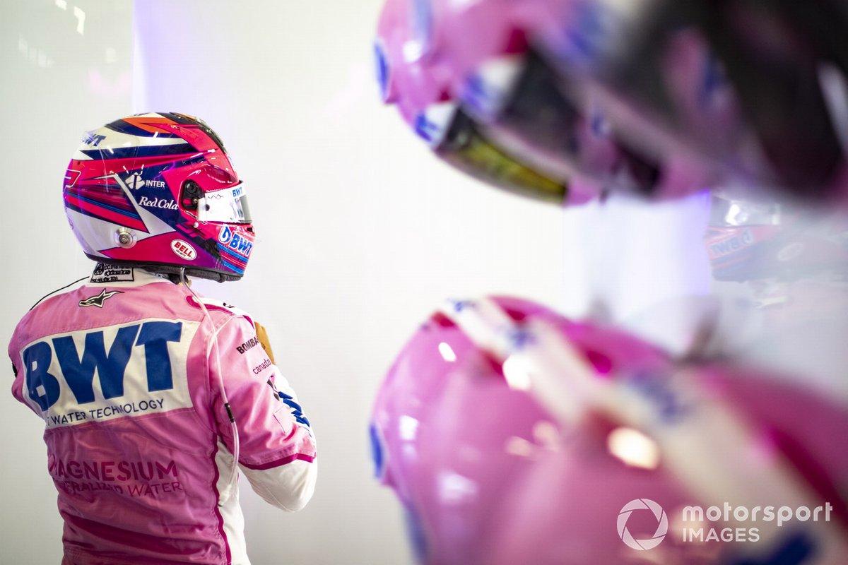 Sergio Pérez, de Racing Point, se pone el casco en el garaje