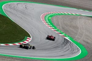 Sebastian Vettel, Ferrari SF1000, y Esteban Ocon, Renault F1 Team R.S.20