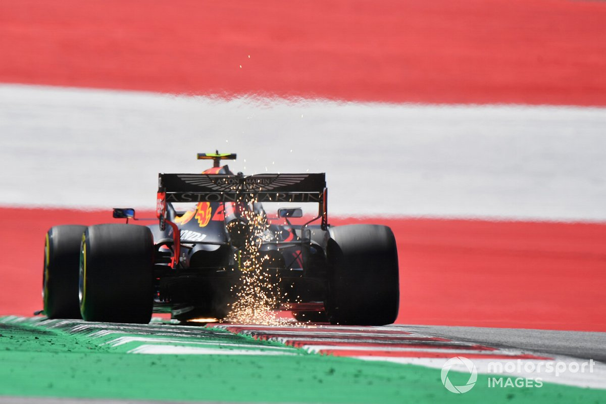 Scintille dalla macchina di Alex Albon, Red Bull Racing RB16