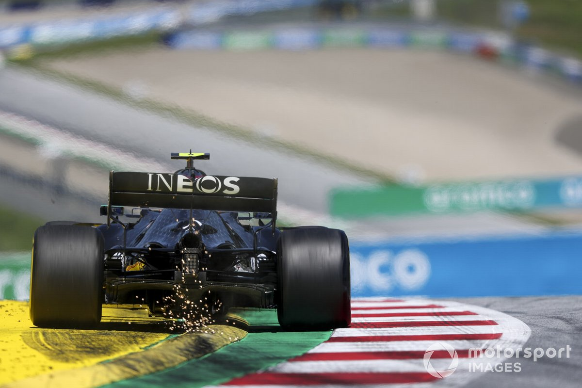 Chispas de la parte trasera del coche de Valtteri Bottas, Mercedes F1 W11 EQ Performance