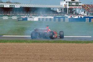 Un fallo hidráulico hace que Rubens Barrichello, Ferrari F1-2000, gire mientras lidera la carrera