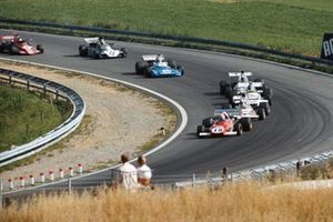 Clay Regazzoni, Ferrari 312B2, precede Denny Hulme, McLaren M19C Ford, Carlos Reutemann, Brabham BT37 Ford, Peter Revson, McLaren M19C Ford, Chris Amon, Matra MS120D, Mike Hailwood, Surtees TS9B Ford, e Ronnie Peterson, March 721G Ford