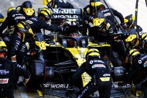 Esteban Ocon, Renault F1 Team R.S.20, makes a stop