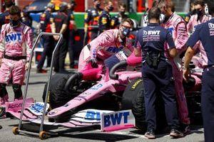 Mecánicos con el coche de Lance Stroll, Racing Point RP20, en la parrilla
